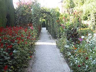 フェネラーリ庭園の小道
