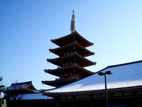 浅草寺の裏 雪が残っている五重塔